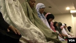 Warga Muslim di Golden Colorado sholat melakukan shalat Tarawih berjamaah.