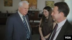 Ông Leonid Kravchuk (trái), tổng thống đầu tiên của Ukraine nói chuyện với Thông tín viên VOA Steve Herman tại Kyiv