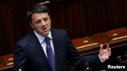 Perdana Menteri Italia Matteo Renzi, yang berpendapat bahwa pengusaha enggan menerima pegawai baru jika sulit mem-PHK saat bisnisnya lesu.