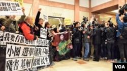 示威者在大廈大堂等候林鄭月娥。(美國之音湯惠芸攝)