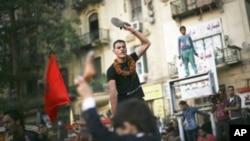 一名抗议者6月14日在埃及开罗解放广场高喊反对执政军委会以及总统候选人沙菲克