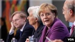 También el mandatario británico, David Cameron, pidió a Francia y Alemania que entierren sus diferencias y adopten para finales de año un plan decisivo.