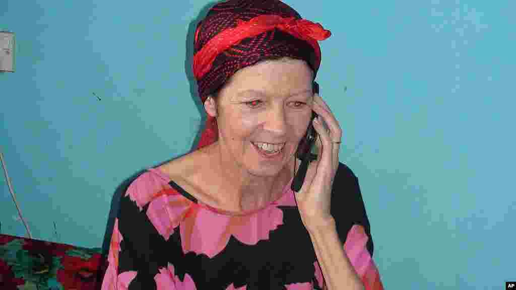 British tourist Judith Tebbutt,oo ku hadlaysa Telephone kuna sugnayd Cadaado, March 21, 2012. (AP Photo)