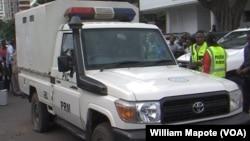 Carro da polícia de onde os reclusos foram retirados