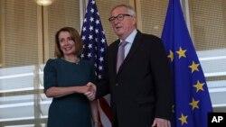 La presidente de la Cámara de Representantes de EE.UU., Nancy Pelosi, estrecha la mano del presidente de la Comisión Europea, Jean-Claude Juncker antes de su reunión en Bruselas el lunes, 18 de febrero de 2019.