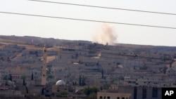 Dim se uzdiže pošto je minobacačka granata pala u blizini Kobanija