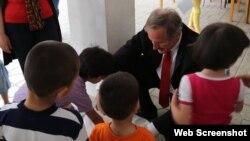 ABŞ səfiri Robert Sekuta uşaqlarla birlikdə (Foto ABŞ səfirliyinin facebook səhifəsindən götürülüb)