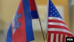 Cambodian and American flags are placed next to one another, signifying the Cambodian community in Lowell, Massachusetts. (VOA Khmer)