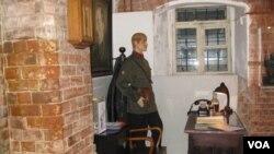 审讯室,墙上悬挂的是秘密警察头子杰尔任斯基像。(美国之音白桦拍摄)