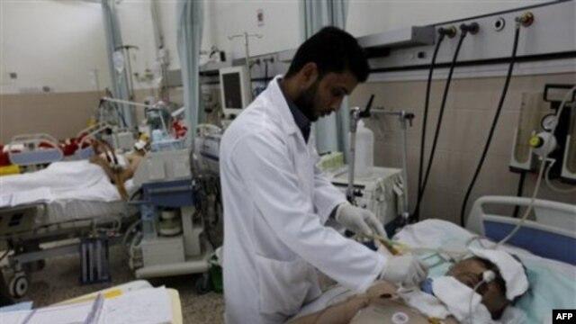 Một bác sĩ Libya chữa trị cho 1 người bị thương hồi tuần trước trong cuộc biểu tình chống lại lãnh đạo Libya Moammar Gadhafi tại Benghazi, Libya, 24/2/2011