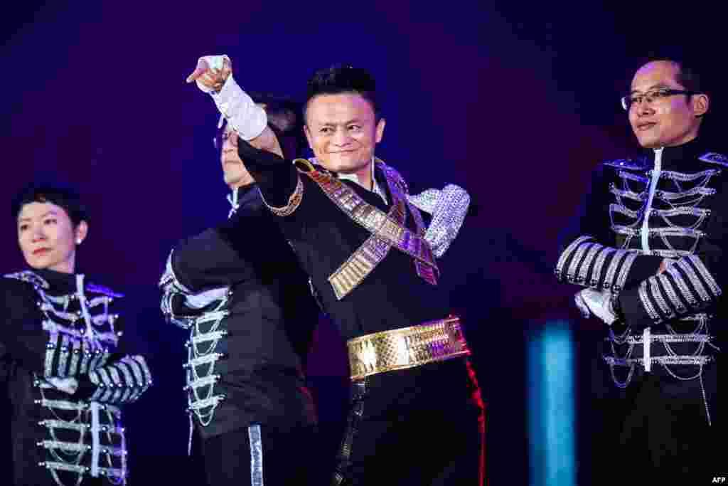 """2017年9月8日,在杭州举行的阿里巴巴集团年会上,董事局主席马云模仿美国流行歌星迈克尔·杰克逊的扮相登场,伴着杰克逊歌曲的旋律起舞。中国媒体的标题里说""""马云致敬迈克尔·杰克逊""""。这体现了美中文化交流。"""