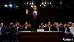 Bivši direktor FBI-a Džejms Komi se zaklinje da će govoriti istinu pred početak svedočenja u Senatu SAD, 8. jun 2017.