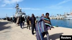Des migrants arrivent à la base navale de Tripoli, après avoir été secourus, en Libye, le 13 mars 2018.