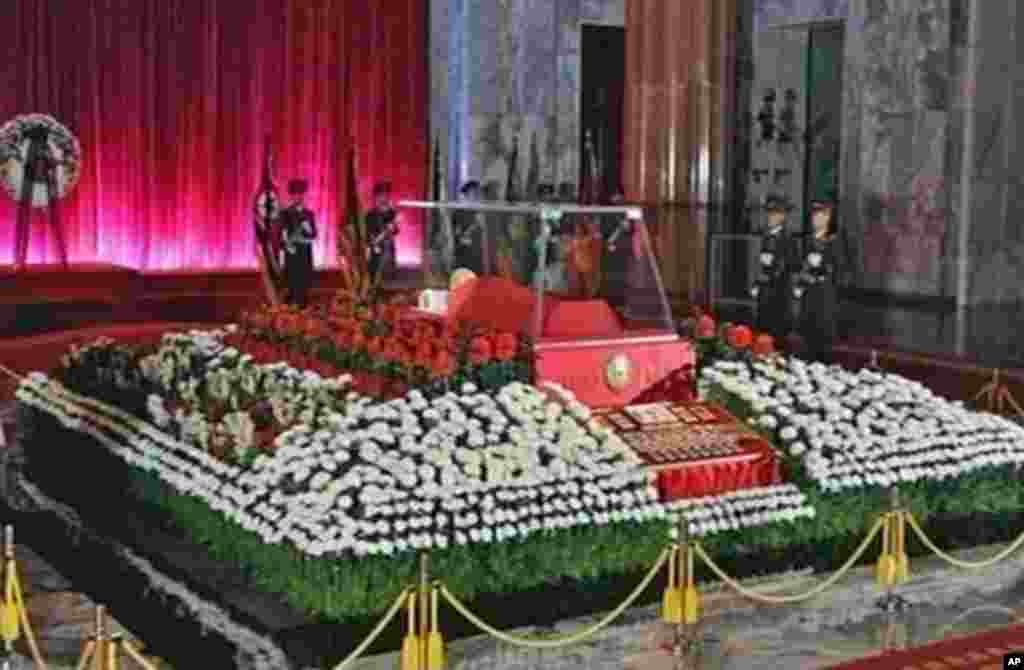 The body of North Korean leader Kim Jong-il lies in state at the Kumsusan Memorial Palace in Pyongyang, December 20, 2011. (Reuters)