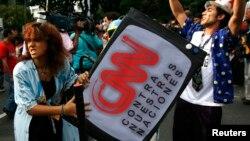 Manifestantes portan una televisión ficticia durante una protesta contar la Sociedad Interamericana de Prensa SIP, en Caracas, Venezuela, el 29 de marzo, de 2008.