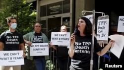 Opositores al TPP consideran que el acuerdo dejará a los trabajadores estadounidenses expuestos a condiciones laborales injustas y pone en peligro el medio ambiente.