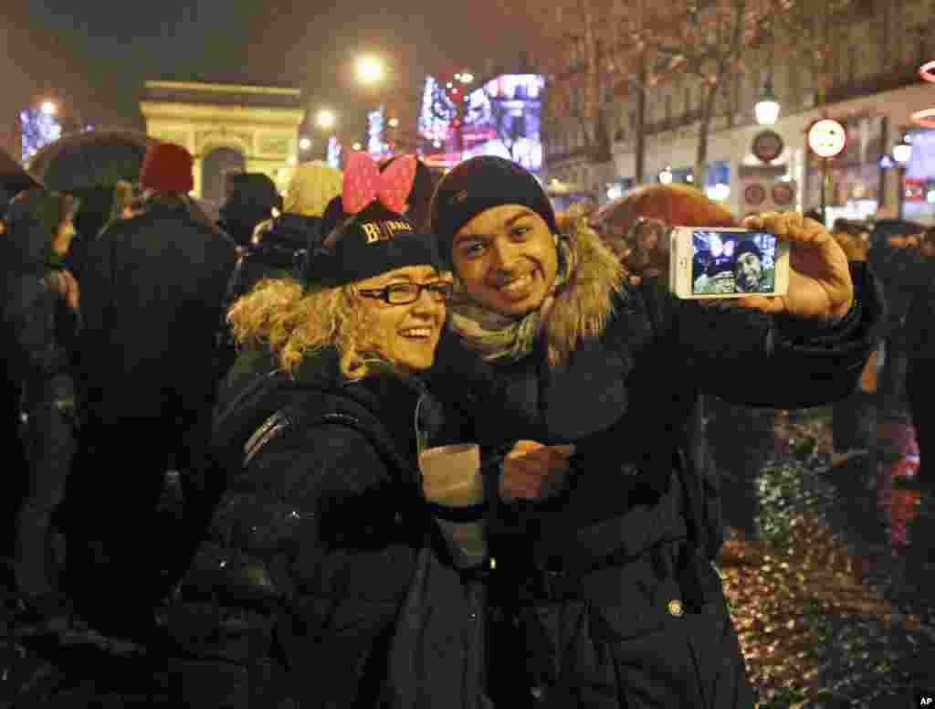 شب زنده داران پاریسی در جشنهای خیابان شانزه لیزه