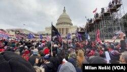 Dio pristalica odlazećeg predsjednika Donalda Trumpa pred zdanjem u kome se nalazi američki Kongres