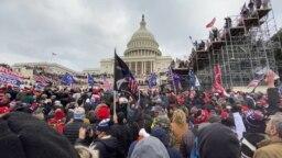 Deo pristalica odlazećeg predsednika Donalda Trampa pred zdanjem u kome se nalazi američki Kongres
