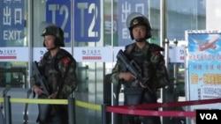 烏魯木齊地窩堡機場T2航站樓門口持槍武警警惕地觀察著四周。(美國之音東方拍攝)