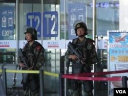 乌鲁木齐地窝堡机场T2航站楼门口持枪武警警惕地观察着四周。(美国之音东方拍摄)