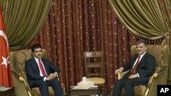 Iraqi Kurdistan region Prime Minister Nechirvan Barzani, left, meets Turkey's President Abdullah Gul in Baghdad, Iraq. (File)
