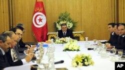 Le Premier ministre tunisien et son gouvernement lors d'un conseil des ministres extraordinaire, le 23 janvier 2016 à Carthage. (AP Photo/Riadh Dridi)