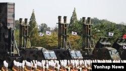 28일 한국 평택 해군 제2함대사령부에서 열린 '제69주년 국군의 날 기념식'에 탄도미사일 현무-2(왼쪽부터), 순항미사일 현무-3, 지대지 미사일 에이태킴스가 도열해 있다.
