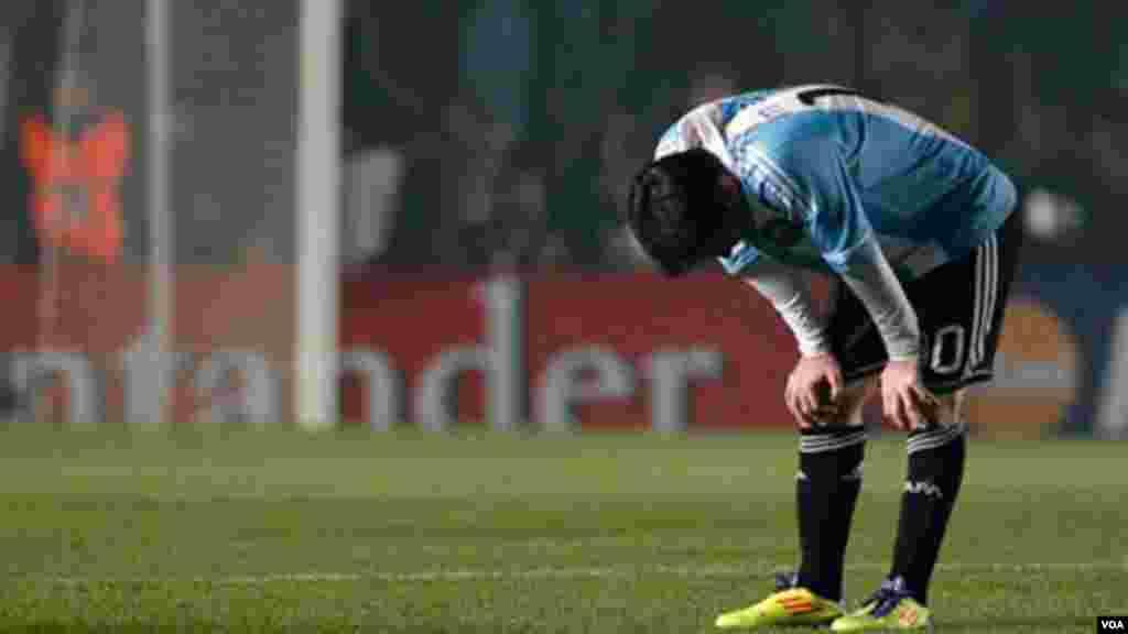 Fatigué et deçu, courbé au milieu du terrain, Lionel Messi de l'Argentine, n'en revient pas après la défaite de la sélection nationale argentine face à la Colombie au Groupe A de la Copa America, à Santa Fe, Argentine, 6 Juillet 2011.
