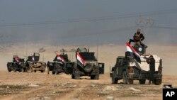 Sòlda irakyen ki tap prepare yo pou batay pou repran kontwòl pati lwès vil Mosoul (Foto: 22 fevriye 2017).