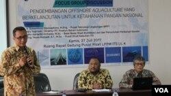 Diskusi pengembangan Offshore Aquaculture di Kampus ITS Surabaya, Kamis 27/7 (Foto: VOA/Petrus Riski).