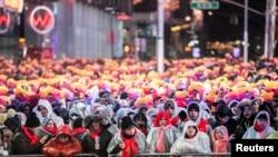 နယူးေရာက္ၿမိဳ႕လည္ေကာင္ Times Square မွာ စုေ၀းေနၾကတဲ့ ၂၀၁၈ခုႏွစ္အကုန္ ၂၀၁၉ခုႏွစ္ ကူးေျပာင္းမယ့္ အခ်ိန္ကို ႀကိဳဆိုဆင္ႏဲႊၾကမယ့္ ပရိသတ္မ်ား