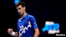 Petenis Novak Djokovic dalam pertandingan melawan Alexander Zverev di London, Jumat (20/11).