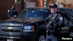 2013年5月1日美國國土安全部的警衛在麻薩諸塞州波士頓法院外面執行任務
