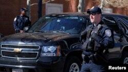 2013年5月1日美国国土安全部的警卫在麻萨诸塞州波士顿法院外面执行任务