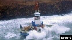 2013年1月3日在阿拉斯加的锡特卡利达克岛东南面钻井占受到凶猛浪涛的冲击