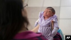 Bebé nascido com microcefalia, Brasil.