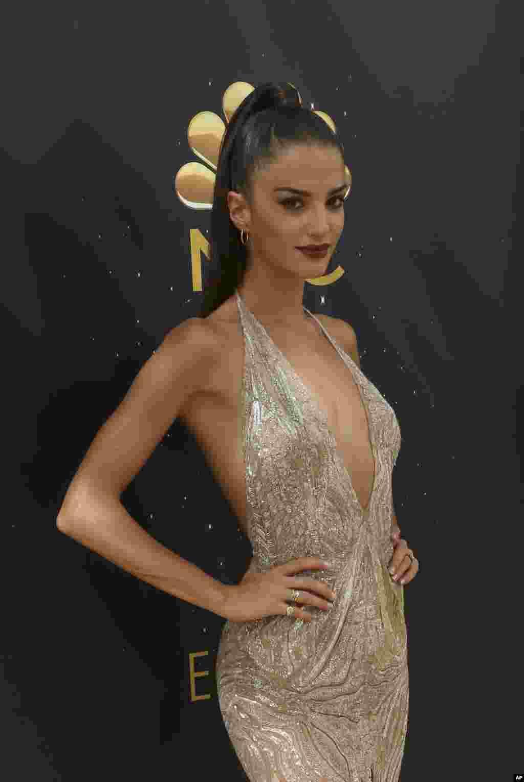 حواشی مراسم اهدای جوایز تلویزیونی اِمی و ورود مهمانان - «گابریله کائونسیل» مدل فرانسوی.