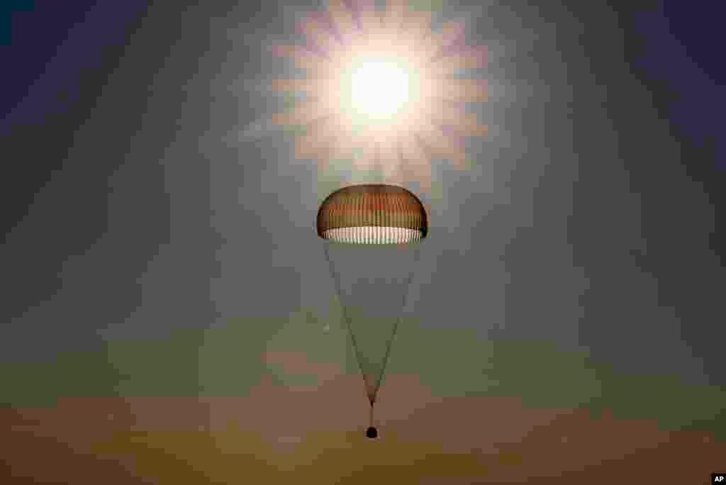 """بعد از شش ماه در فضا،""""اولگ نوویتسکی"""" روسی و """"توماس پسکت"""" فرانسوی به سیاره زمینبرگشتند. پایگاه هوایی قزاقستان"""