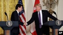 ປ. Donald Trump, right, ຈັບມື ກັບທ່ານ Justin Trudeau ນາຍົກລັດຖະມົນຕີ ໃນກອງປະຊຸມຖະແຫຼັງຂ່າວ ໃນຫ້ອງ East Room ໃນທຳນຽບຂາວ ທີ່ນະຄອນຫຼວງ Washington, 13 ກຸທພາ, 2017.