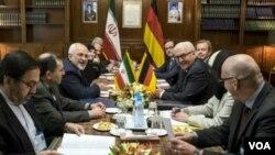Ngoại trưởng Iran Mohammad Javad Zarif (thứ ba từ trái) họp với người đồng cấp của Đức Frank-Walter Steinmeier (thứ ba từ phải) ở Tehran, ngày 17 tháng 10, 2015.