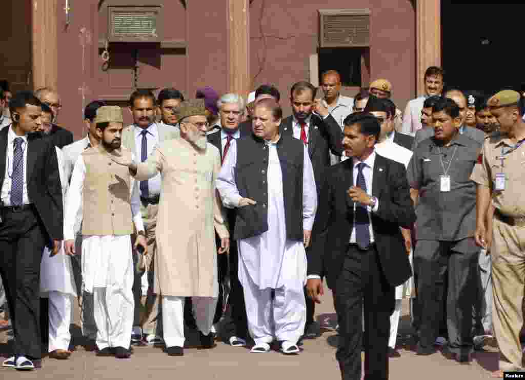 Pakistan's Prime Minister Nawaz Sharif speaks with chief cleric Syed Ahmed Bukhari during his visit to Jama Masjid in the old quarters of New Delhi, May 27, 2014.