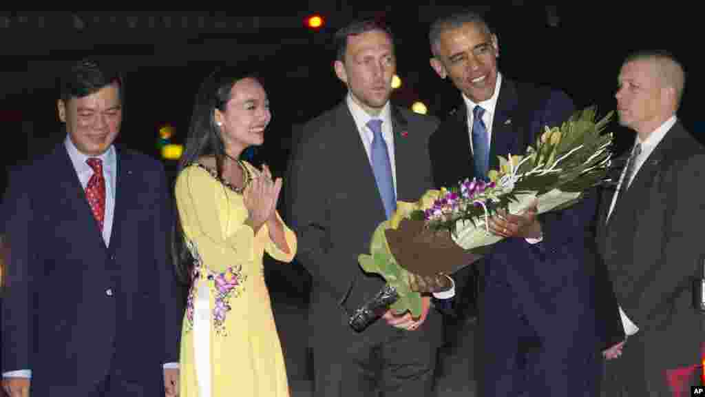 TT Obama đến Việt Nam, nêu bật cam kết với châu Á Một thông cáo của Tòa Bạch Ốc nói chuyến thăm Việt Nam và Nhật Bản nêu bật cam kết của Tổng thống Obama đối với chiến lược tái cân bằng sang châu Á-Thái Bình Dương, và có mục đích gia tăng sự hợp tác về ngoại giao, kinh tế và an ninh với các quốc gia trong khu vực.