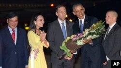 Presiden AS Barack Obama mendapat karangan bunga setiba di bandara Noi Bai, Hanoi, Vietnam hari Minggu (22/5).