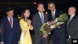 Prezident Obama Hanoy Beynəlxalq hava limanında qarşılanan zaman