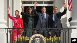 Presiden AS Barack Obama (kanan) dan ibu negara Michelle Obama serta PM Kanada Justin Trudeau dan istrinya, Sophie Gregoire, melambai dari Gedung Putih hari Kamis (10/3).