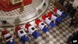 国际部队开始从阿富汗撤军。图为上星期在阿富汗牺牲的7名法国士兵灵柩