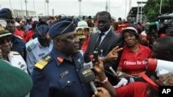 Le chef du Nigeria du personnel de la défense maréchal de l'Air Alex S. Badeh, centre, parle lors d'une manifestation demandant au gouvernement de sauver les filles enlevées du lycée de Chibok, à Abuja, au Nigeria, le lundi 26 mai 2014.