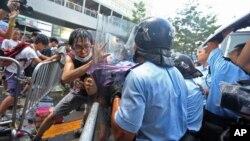 Jedan od obračuna specijalne policije sa demonstrantima unutar vladinog kompleksa
