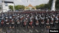 泰國防暴警察星期五在曼谷守衛著政府大樓﹐以免被反政府抗議者襲擊
